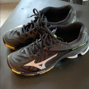 Women's size 7 Mizuno Volleyball Shoes